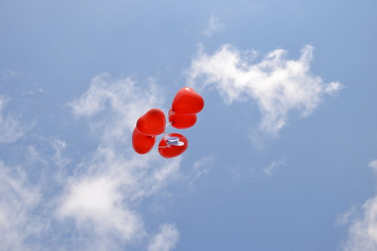 Der in den Himmel steigende Ballon symbolisiert das Loslassen in Liebe. Foto: pixabay/GeisserS