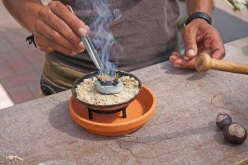 Eine Schale, etwas Räucherkohle und getrocknete, zerkleinerte Kräuter - schon kann das Ritual des Räucherns starten. Foto: djd/Rühlemann's Kräuter und Duftpflanzen