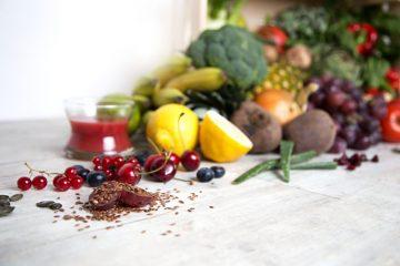 Über 20 Obstsorten - von der Acerolakirsche bis zur Zitrone -, ein Dutzend verschiedene Gemüsesorten und mehr als 20 erlesene Kräuter versorgen den Körper mit allem, was er benötigt. Foto: djd/LaVita