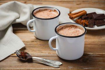 Bei nasskaltem Wetter gibt es kaum etwas Schöneres als eine Tasse heißer Schokolade. Foto: djd/Rainforest Alliance/thx