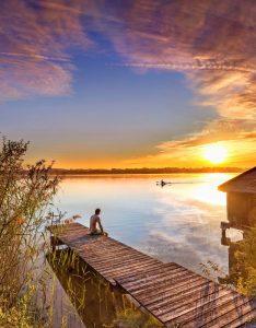 Entdecken, erholen, aktiv sein, zur Ruhe kommen - diese Palette an Möglichkeiten bietet der Waginger See im oberbayerischen Rupertiwinkel. Foto: djd/Tourist-Information Waginger See/R. Scheuerecker