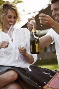 Die Organisation eines Champagner-Picknicks rückt den Organisator in ein romantisches Licht - 69 Prozent der Frauen kommen einer Umfrage zufolge dabei ins Schwärmen. Foto: djd/LoveScout24/Getty