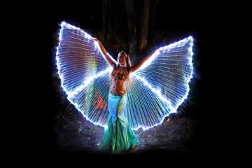 Traumhafte Illuminationen und Farbspiele bezaubern auch in diesem Jahr die Besucher des LARP- und Fantasy-Festivals. Foto: djd/Wernigerode Tourismus/Mike lange/Model: A. Stellaris