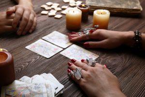 Bei einer persönlichen Beratung vor Ort sitzen sich Kartenleger und Kunde gegenüber. Foto: Afrika Studio/fotolia.com