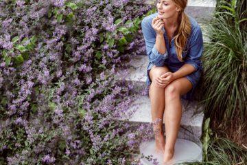 Einfach abtauchen: Ein Fußbad mit Lavendel hat einen beruhigenden, entspannenden Effekt. Foto: djd/Jentschura International/David Hoelker