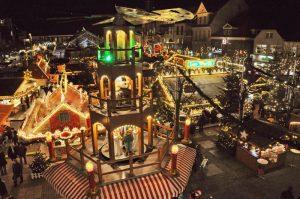 Der Weihnachtszauber im ostfriesischen Aurich lockt mit Deutschlands größtem Knusperhaus. Foto: djd/TMN/Verkehrsverein Aurich