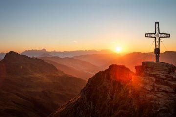Sonnenaufgangswanderung: Nach einem rund dreistündigen Aufstieg erreicht man den Gipfel des Tristkogels. Foto: djd/saalbach.com/Christian Woeckinger