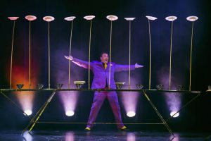 David Burlett lässt die Teller tanzen. Foto: Stefan Malzkorn