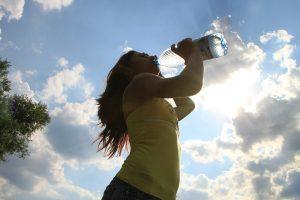 Frau trinkt aus Wasserflasche