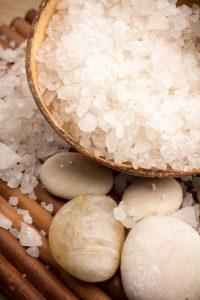 Salz kann oft sogar Inhaltsstoffe ersetzen, die sonst die Umwelt belasten würden. Foto: djd/Verband der Kali- und Salzindustrie e.V./Getty
