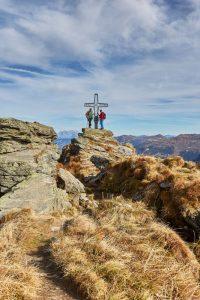Pures Gipfelglück: Fernab von Lärm und Alltagstrubel findet man hier Ruhe und Gelassenheit inmitten eines pittoresken Bergpanoramas. Foto: djd/saalbach.com/Daniel Roos